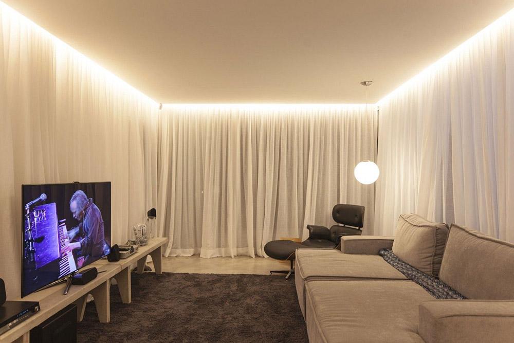Потолок натяжной с подсветкой в комнате фото